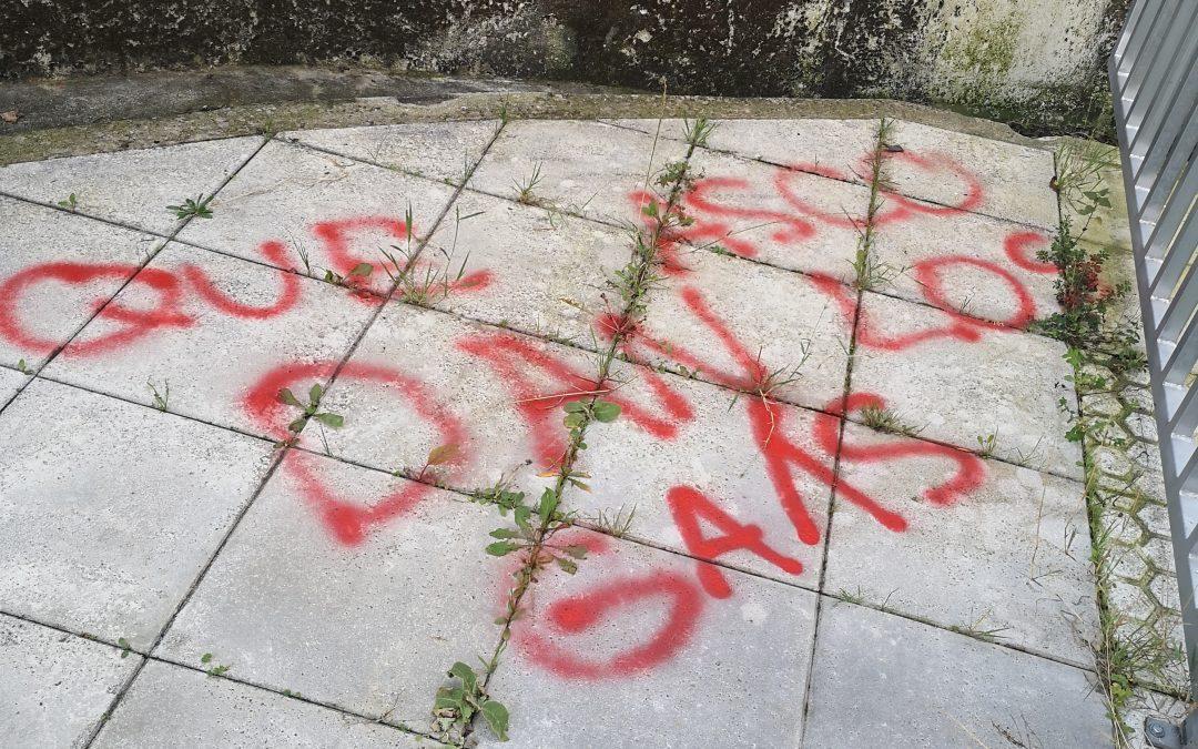 """CxL insta ao goberno de Crespo a denunciar as """"intolerables"""" pintadas homófobas en Lalín"""